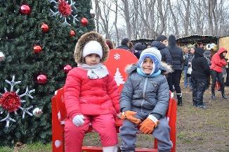 С тъпани и гайди Девня посрещна Дядо Коледа и Снежанка,