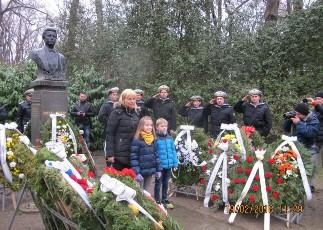 Много варненци се стекоха днес пред паметника на Васил Левски