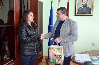 Кметът на Община Девня Свилен Шитов връчи наградата на победителите