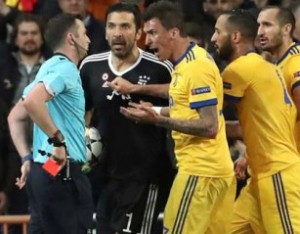 epa06662502 Referee Michael Oliver (L) shows Juventus' goalkeeper Gianluigi Buffon (2-L) the red card  during the UEFA Champions League quarter final, second leg soccer match between Real Madrid and Juventus at Santiago Bernabeu stadium in Madrid, Spain, 11 April 2018.  EPA/KIKO HUESCA