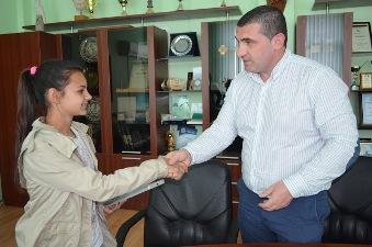 Кметът на Община Девня, Свилен Шитов награди петокласничката Айлин Ферад,