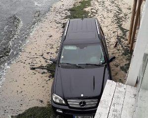 Снимка: Варненци питат: Д-р Николай Цолов или сина му паркират на плажа?